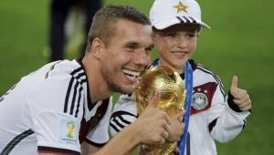 Daumen hoch: Lukas Podolski und Sohn Louis (Bild: AP)