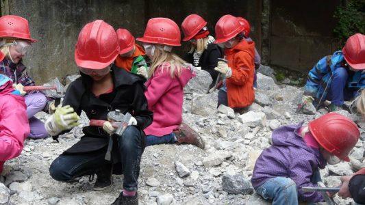 Auf dem Klopfplatz in Wülfrath darfst du auch nach Fossilien suchen. (Foto: Zeittunnel Wülfrath)