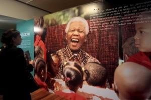 Mittlerweile gibt es Ausstellungen, Bücher und Filme über Nelson Mandela. So berühmt ist er geworden. (Foto: dpa)