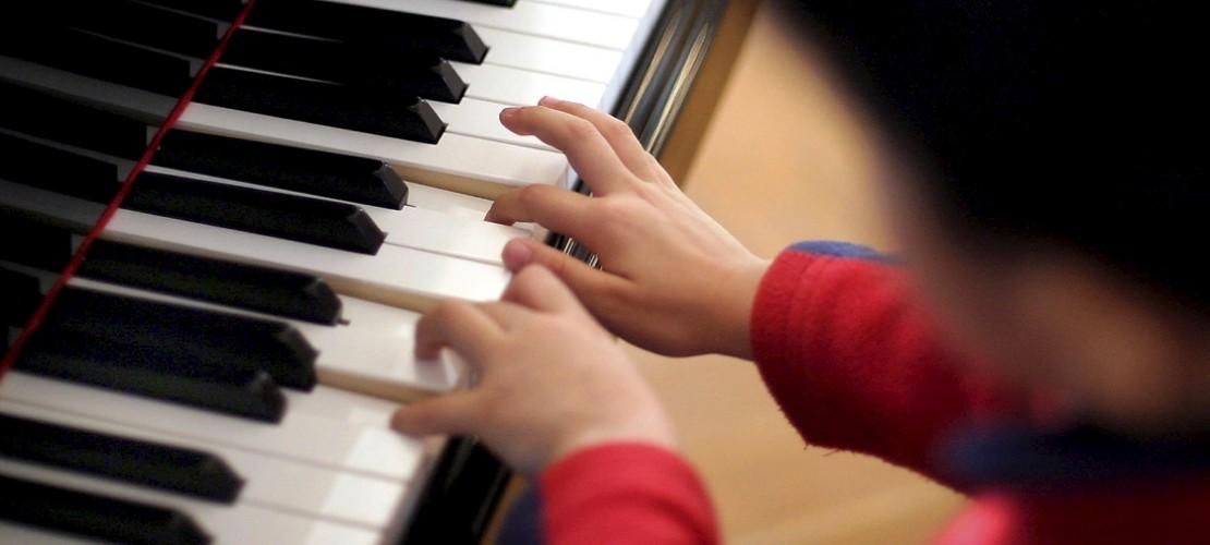 Ein sehr beliebtes Instrument: So lernst du Klavier spielen