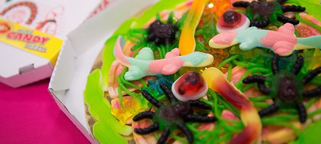 Die Dschungelpizza mit gruseligen Spinnen und Würmern aus Fruchtgummi ist auf der Süßwarenmesse sehr beliebt. (Foto: dpa)