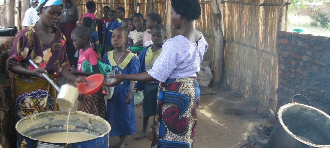 Nsima besteht aus gestampfem Mais und Wasser. Das ist allerdings nicht sehr nahrhaft. Für das Schulfrühstück gibt es deshalb eine Spezial-Mischung aus Mais, Soja und vielen Vitaminen. (Foto: dpa)