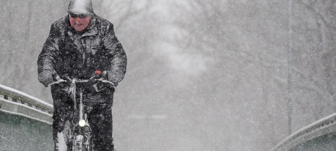 Zum Schlittenfahren wird der Schnee in den nächsten Tagen wohl kaum reichen. Die weißen Flocken tauen ganz schön schnell. (Foto: dpa)