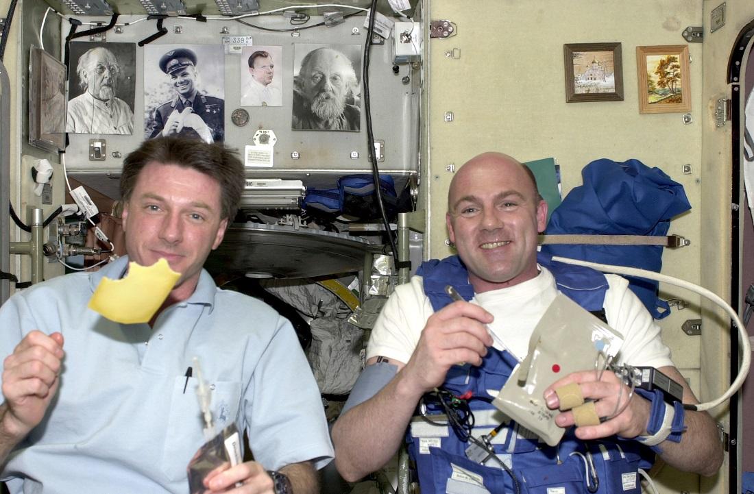So kann zum Beispiel ein Frühstück im Weltraum aussehen: ESA Astronauten André Kuipers und der NASA-Kollege Michael Foale essen Käse. (Foto: dpa)