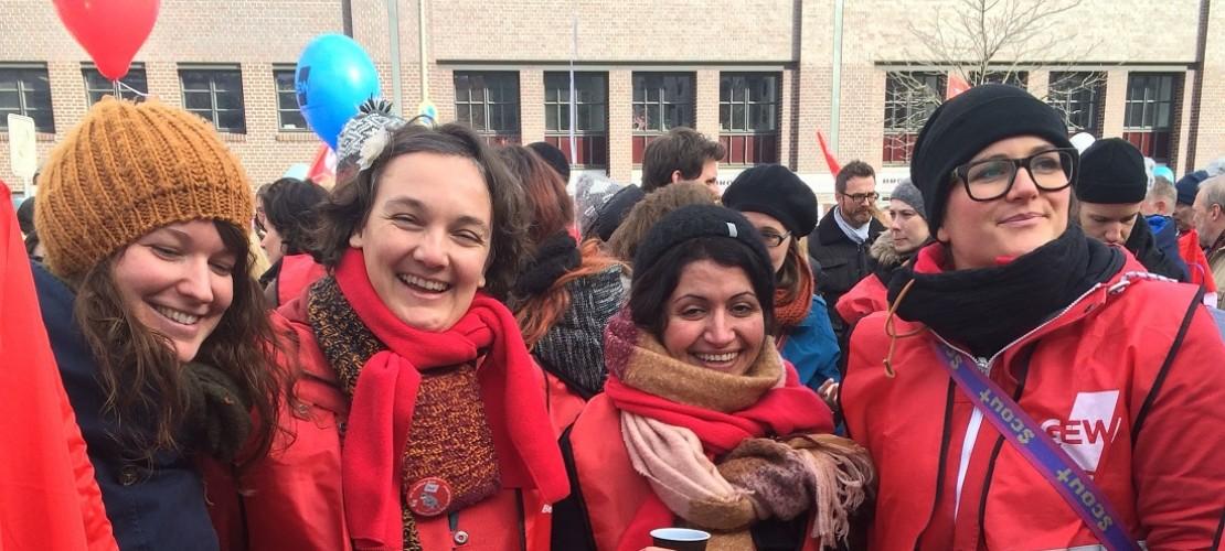Susi Rentzsch ist auf dem Bild die zweite Frau von links. Sie streikte in Berlin. (Foto: dpa)