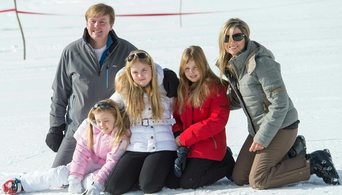 Hier siehst du König Willem-Alexander mit seiner Familie: Prinzessin Ariane (rosa Jacke), Prinzessin Catharina-Amalia (weiße Jacke), Prinzessin Alexia (rote Jacke) und Königin Maxima. (Foto: dpa)