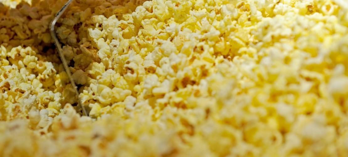 Forscher haben herausgefunden, woher das Geräusch kommt, wenn sich Maiskörner in Popcorn verwandeln. (Foto: dpa)