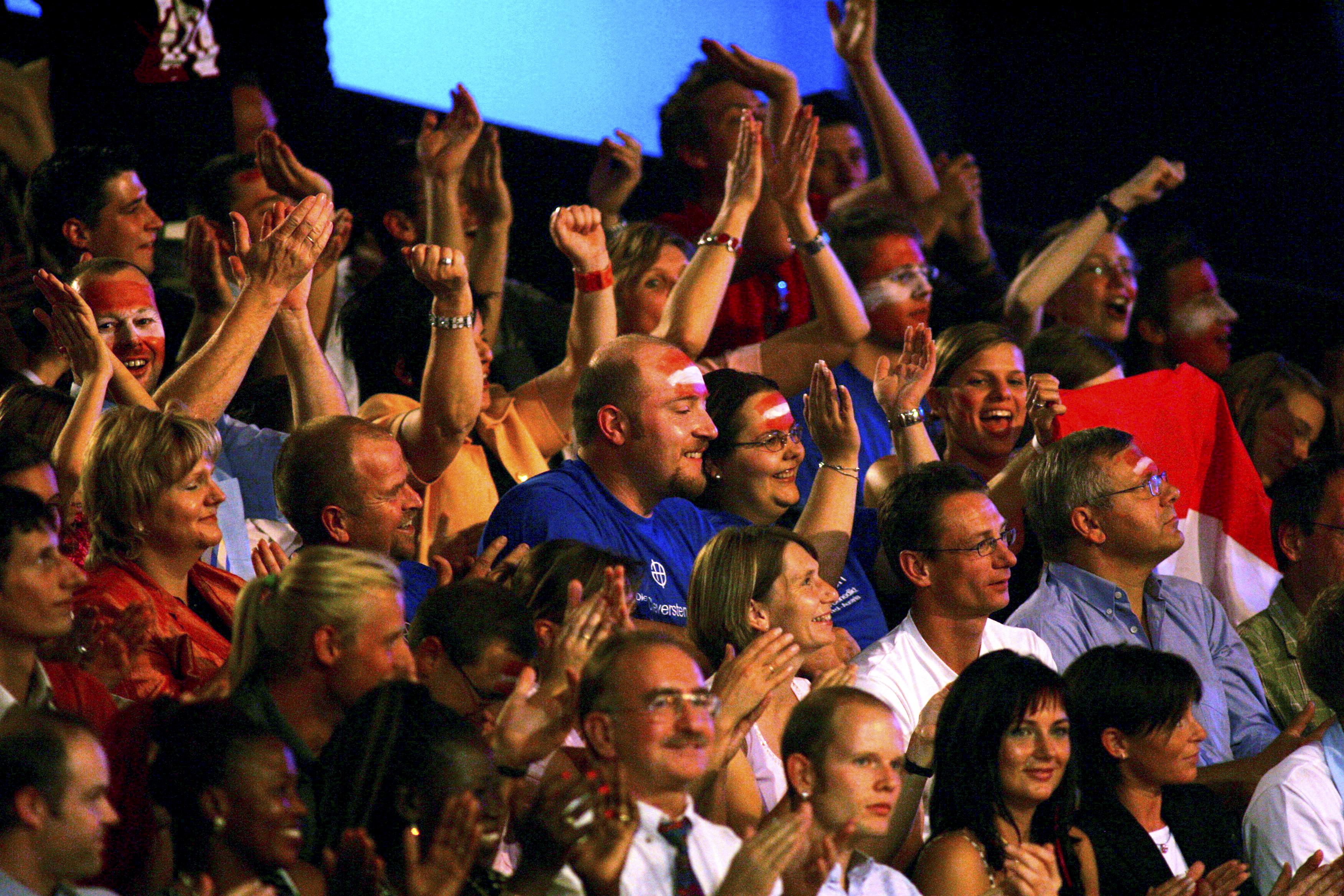 Das Publikum so richtig in Stimmung bringen - das ist die Aufgabe eines Warm-Uppers. (Foto: dpa)