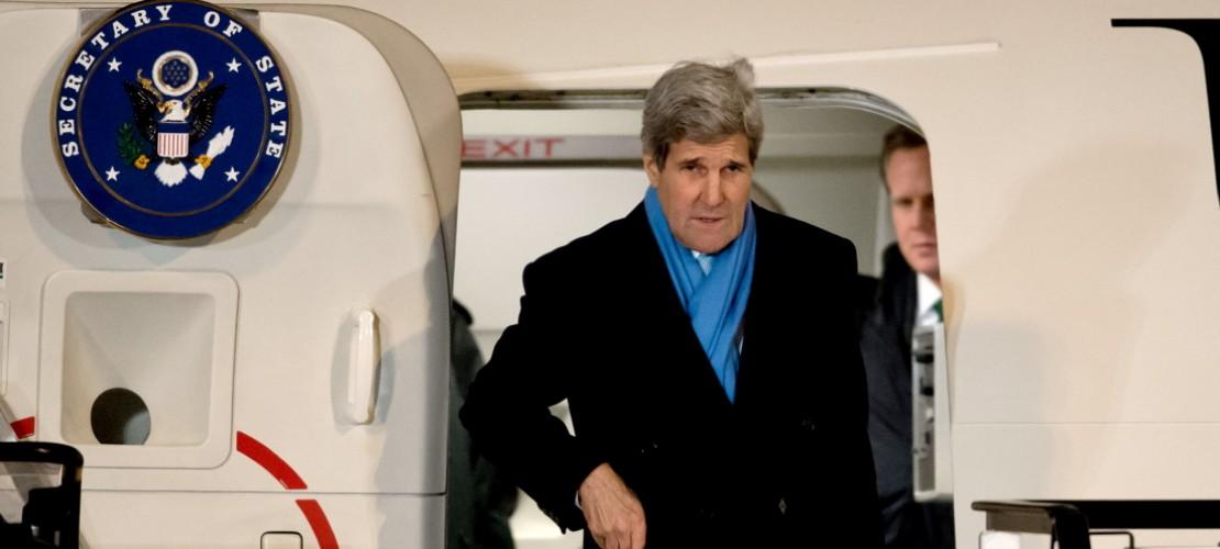 Zur Münchner Sicherheitskonferenz kommen viele wichtige Menschen. Zum Beispiel John Kerry, der Außenminister von den USA. (Foto: dpa)