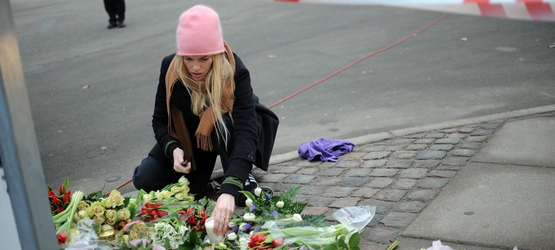 Nach den schlimmen Taten in Kopenhagen legten viele Menschen Blumen nieder oder zündeten Kerzen an. (Foto: dpa)