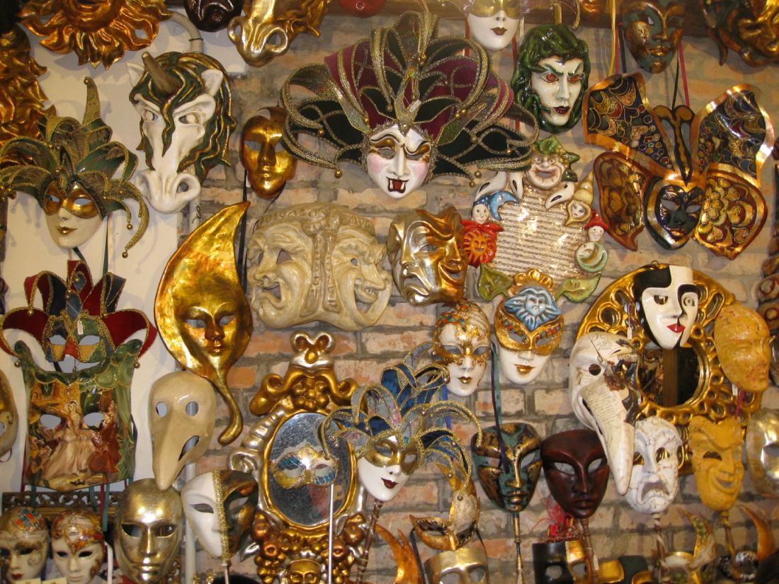 Masken überall: Früher haben die Menschen in Venedig sie auch zu anderen Anlässen getragen. Nicht nur zu Karneval. (Foto: Sommersberg)