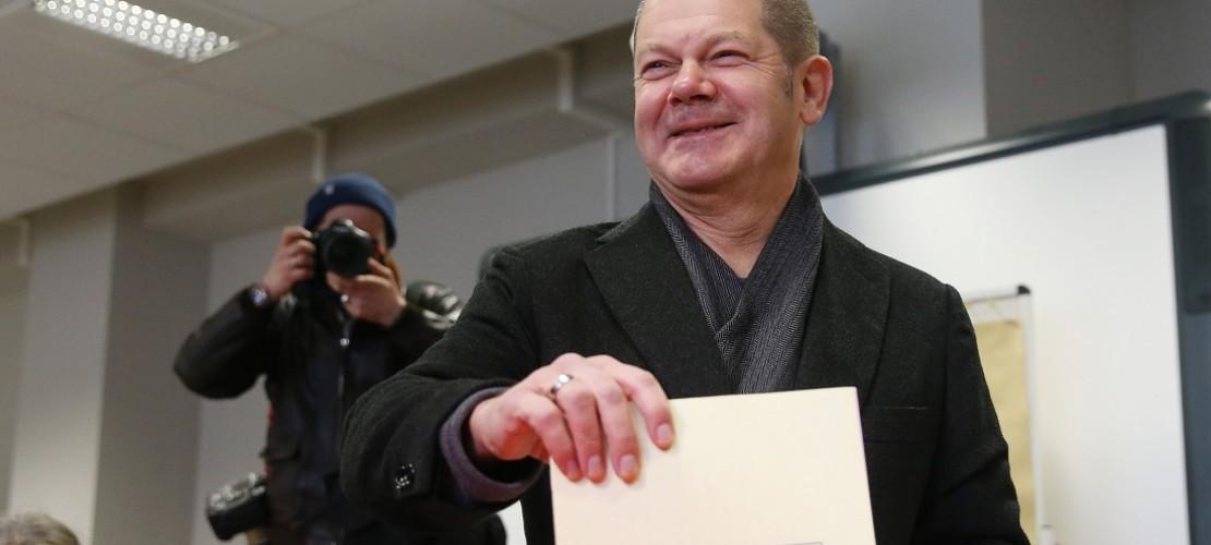 Wer so ein Foto sieht weiß: Aha! Hier wird gewählt! Hier ist Hamburgs Bürgermeister Olaf Scholz von der Partei SPD zu sehen. (Foto: dpa)