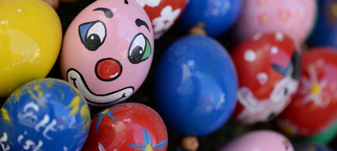 Zu Ostern gibt es für viele Menschen bunt bemalte Eier dazu. Wir erklären, woher die Eier kommen können. (Foto: dpa)