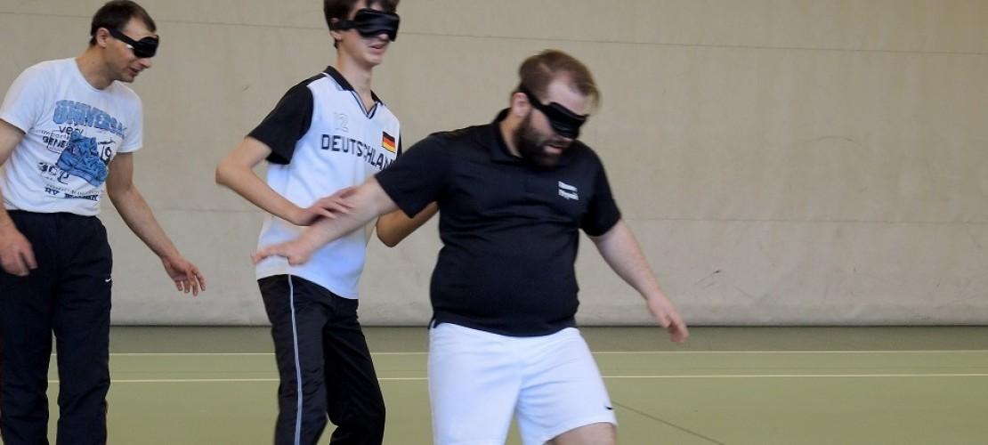 Die Spieler beim Blindenfußball tragen häufig Augenbinden. So hat niemand einen Vorteil. (Foto: dpa)