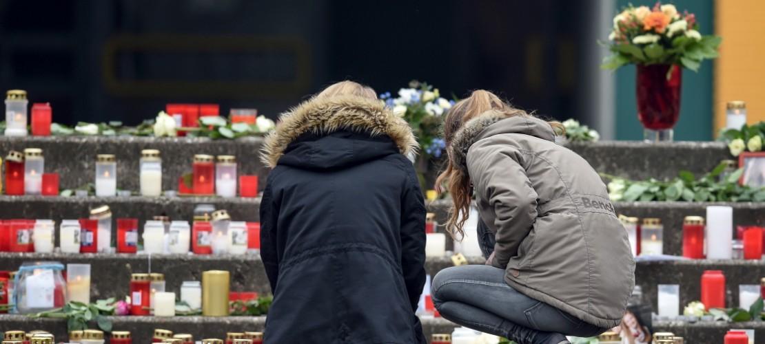 In der Kleinstadt Haltern trauern Kinder trauern die Menschen um Schüler und zwei Lehrer, die mit dem Flugzeug abgestürzt sind. (Foto: dpa)
