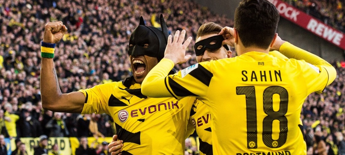 Marco Reus (in der Mitte) zog die Robin-Maske über, Pierre-Emerick Aubameyang (lins) die Batman-Maske. (Foto: dpa)
