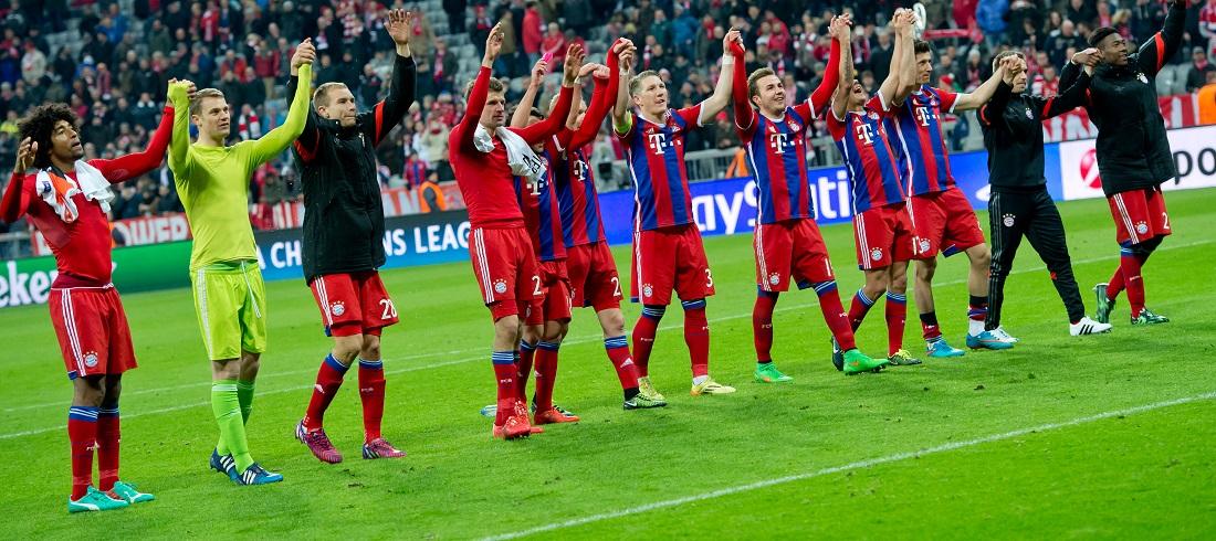 Die Spieler von Bayern München jubelten am Mittwoch ihren Fans zu. (Foto: dpa)