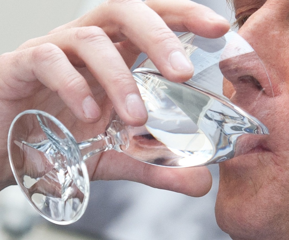 Ratschläge, einen Schluckauf wegzukriegen, gibt es sehr viele. Man kann zum Beispiel ein Glas kaltes Wasser trinken. Oder man hält länger die Luft an. Das soll helfen... (Foto: dpa)