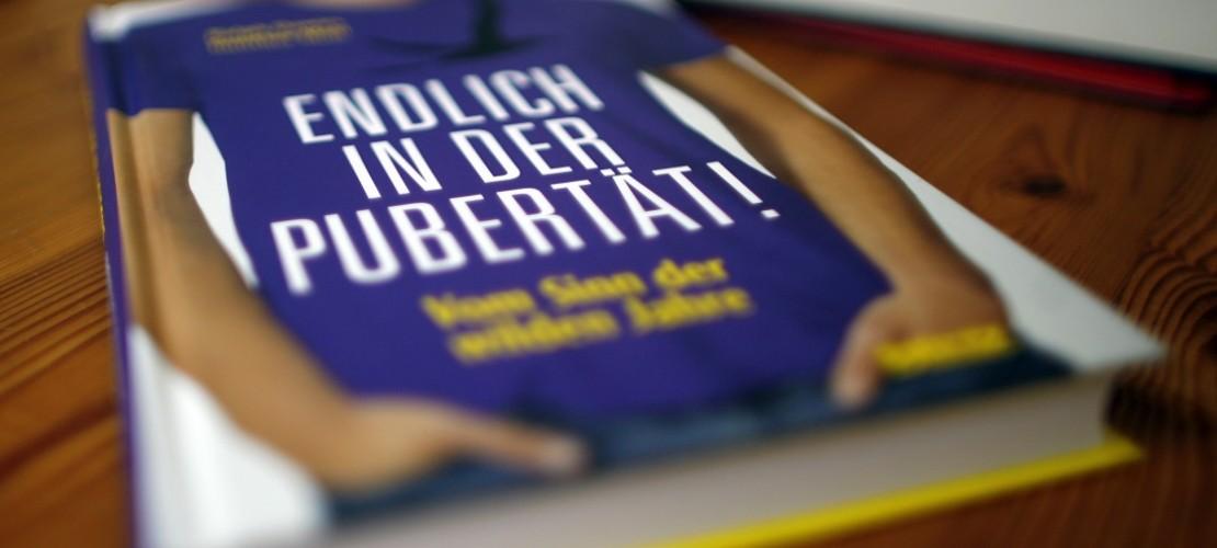In der Pubertät verändert sich der Körper. Manchmal hilft es auch, in Büchern dazu nachzulesen. (Foto: dpa)
