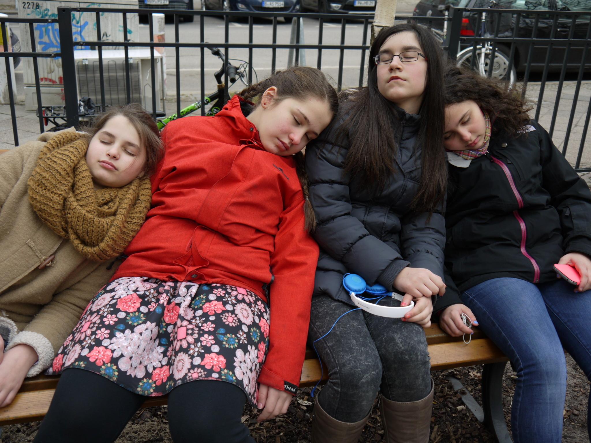 Immerzu müde? Kein Wunder. Wenn man erwachsen wird, ändert sich auch das Schlaf-Verhalten. Viele Experten sagen sogar, es ist deshalb blöd, wenn Jugendliche so früh aufstehen müssen. (Foto: dpa)