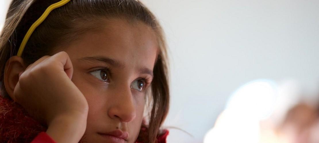 Das ist Safa. Sie ist eine von ganz vielen Kindern, die aus Syrien geflohen sind. Seit fast drei Jahren lebt sie in einem Flüchtlingscamp. (Foto: dpa)