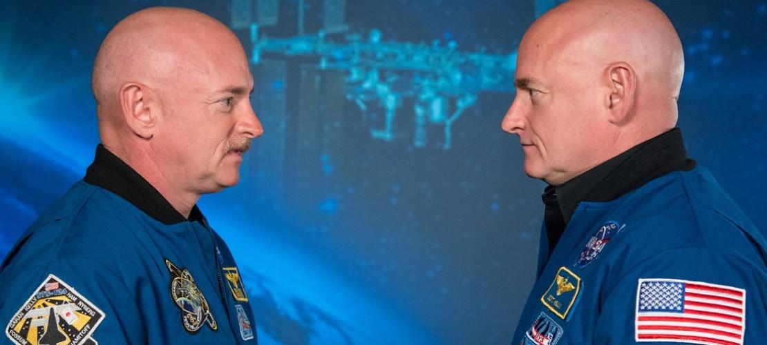 Die Astronauten Mark und Scott Kelly stehen sich gegenüber. Einer der beiden Männer fliegt bald ins Weltall. (Foto: dpa)