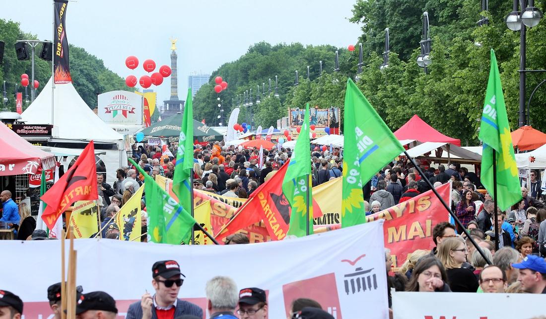 Eine ziemlich bunte Demonstration mit Fahnen und Ballons: Hier sind Menschen am 1. Mai zum Protest auf die Straße gegangen. Das Bild wurde in Berlin aufgenommen. (Foto: dpa)