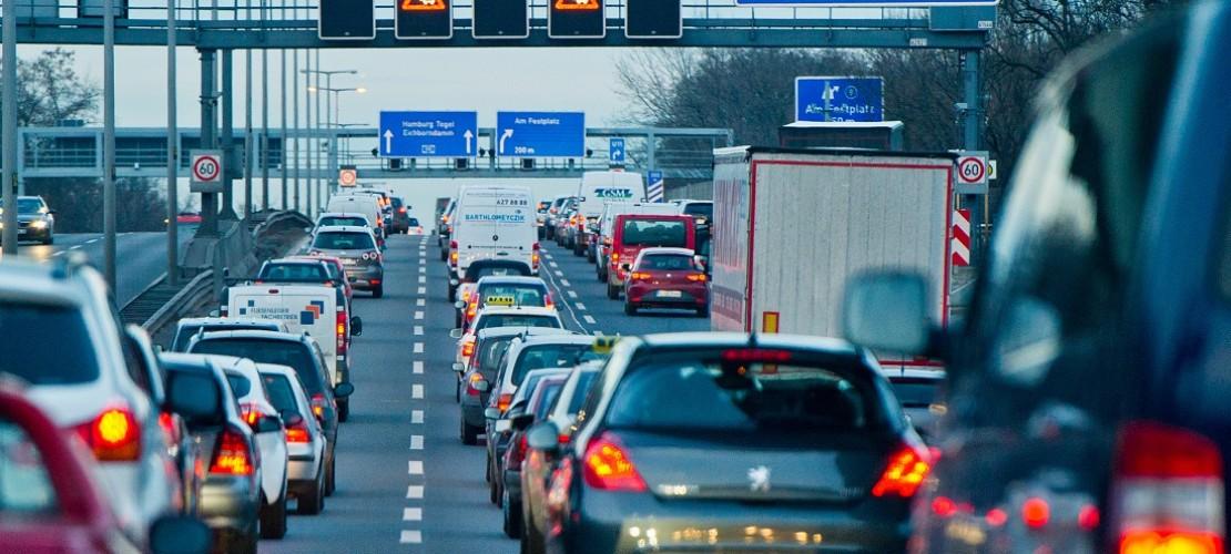 Millionen von Autos sind auf den deutschen Straßen unterwegs. Im nächsten halben Jahr sollen sie mal wieder gezählt werden. (Foto: dpa)