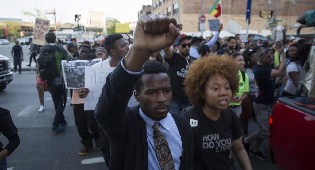In der Stadt Baltimore in den USA ist vor kurzem ein dunkelhäutiger Mann bei einem Polizei-Einsatz gestorben. Deswegen haben viele Menschen auf den Straßen demonstriert. Nun wurde eine Ausgangssperre verhängt. (Foto: dpa)