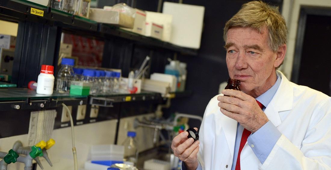 Im Labor von Geruchsforscher Hanns Hatt stehen einige Tausend Düfte herum. (Foto: dpa)