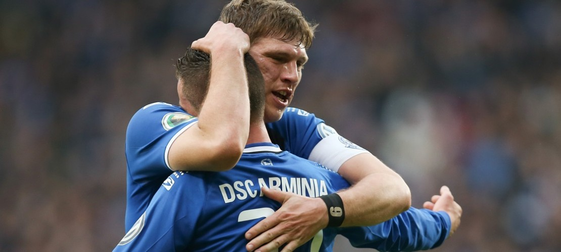 Die Bielefelder Fabian Klos (links) und Christian Müller feiern den Treffer zum 1:0. (Foto: dpa)