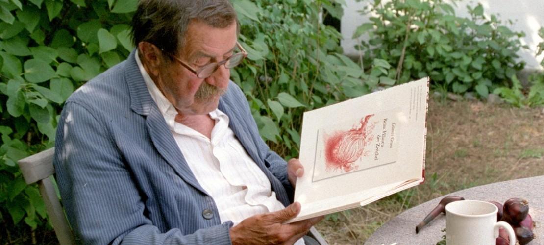 Das ist der Schriftsteller Günter Grass. Hier sitzt er im Garten seines Ferienhauses in dem Land Dänemark. (Foto: dpa)