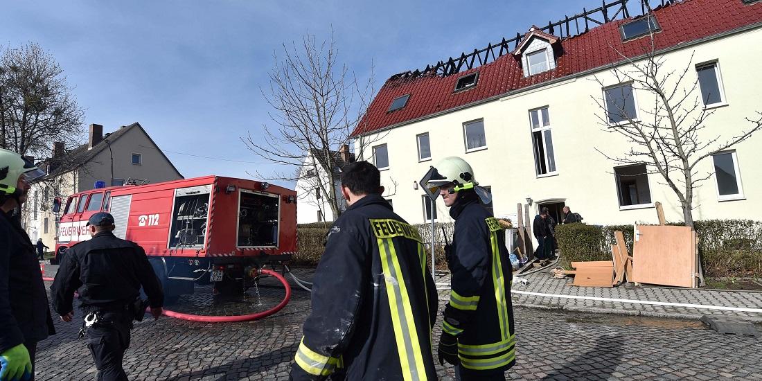 Am Dach sieht man, was das Feuer an dem Haus angerichtet hat. (Foto: dpa)