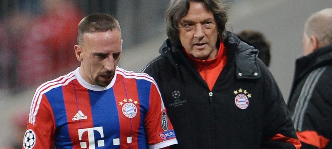 Ein Mannschafts-Arzt kümmert sich um Spieler, die sich verletzt haben. Hans-Wilhelm Müller-Wohlfahrt hat das viele Jahren für den Verein Bayern München gemacht. (Foto: dpa)