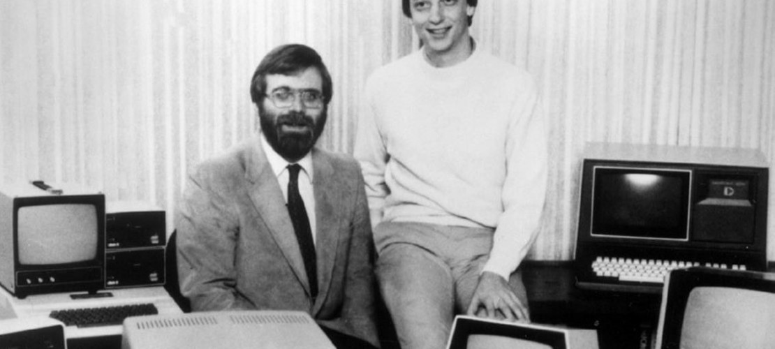 Das sind die beiden Gründer von Microsoft: Bill Gates (rechts) und Paul Allen (links). Das Bild ist schon 34 Jahre alt. Es wurde im Jahr 81 aufgenommen. Da gab es die Computerfirma Microsoft schon ein paar Jahre. (Foto: dpa)