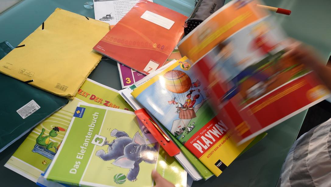 Schule ohne Schulbücher? Undenkbar! Aber wer denkt sich all die Aufgaben aus? (Foto: dpa)