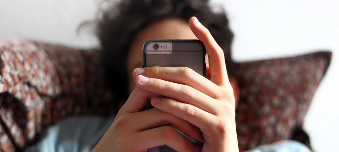 Nicht fallen lassen! Dann hält ein Smartphone länger und man muss nicht so schnell ein neues kaufen. (Foto: dpa)