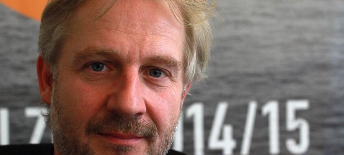 Stefan Bachmann hat gut zu tun. Er ist Intendant. Er leitet ein großes Theater in Köln. (Foto: dpa)