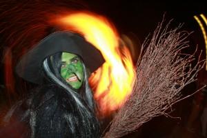 In der Walpurgisnacht sollen sich Hexen auf dem Blocksberg versammelt haben. In der Nacht zum 1. Mai spielen Leute das gerne nach. (Foto: dpa)