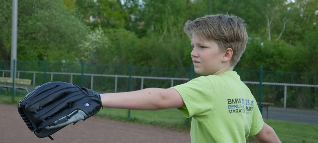 Beim Baseball muss man viele Dinge können: werfen, schlagen, fangen und laufen. Michael trainiert fleißig. (Foto: dpa)