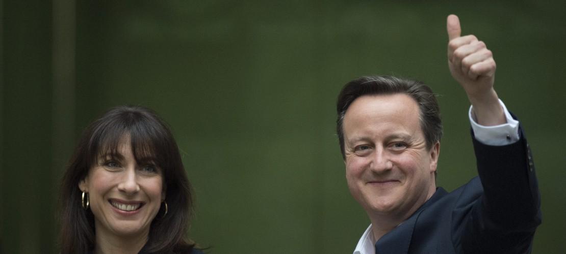 David Cameron hat sich nach der Wahl sehr gefreut. Er bleibt der Premierminister von Großbritannien. Neben David Cameron sieht man seine Frau Samantha. (Foto: dpa)