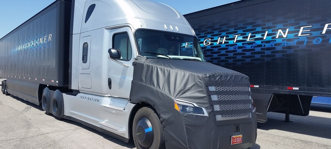 Dieser Roboter-Lkw soll demnächst über Straßen in den USA düsen. Das Besondere: Er lenkt und bremst von allein. (Foto: dpa)