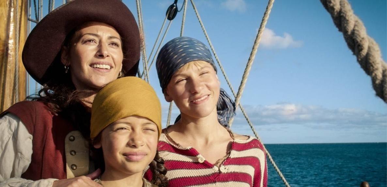 """Pinky (Vinjar Pettersen) ist ein Waisenjunge. Mit seiner besten Freundin Ravn als Schiffsjunge auf Säbelzahns """"Dark Lady"""" anheuern. (Foto: dpa)"""