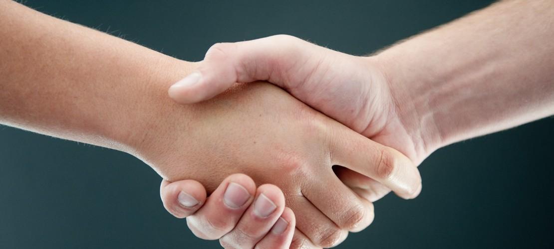 Wenn sich zwei Seiten nicht einigen können, kann manchmal ein Schlichter helfen. (Foto: dpa)