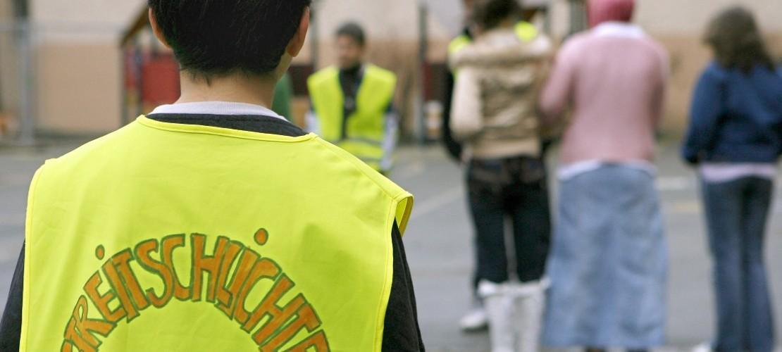An manchen Schulen in Deutschland gibt es Streitschlichter. Sie helfen anderen, sich wieder zu vertragen. (Foto: dpa)