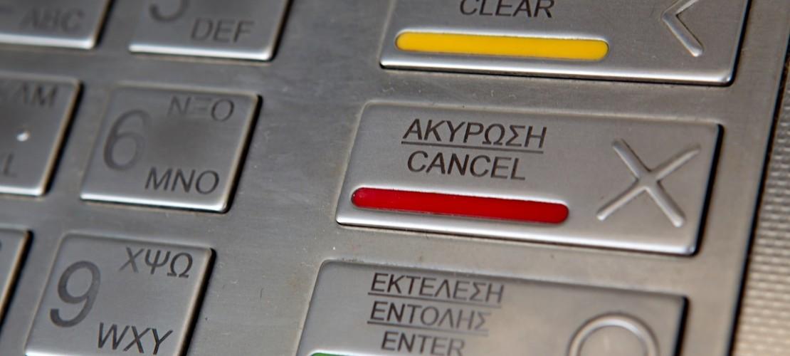 Die Griechen dürfen in ihrem Land gerade täglich nur jeweils 60 Euro abheben. (Foto: dpa)