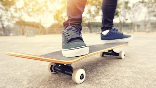 Ursprünglich war das Skateboard ein Surfbrett mit Rollen. (Foto: Getty)