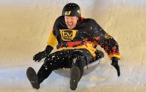 Stefan Raab hat im Fernsehen viele verrückte Sachen gemacht. Bei der WOK-WM mussten alle Teilnehmer in einem Wok rodeln. (Foto: dpa)