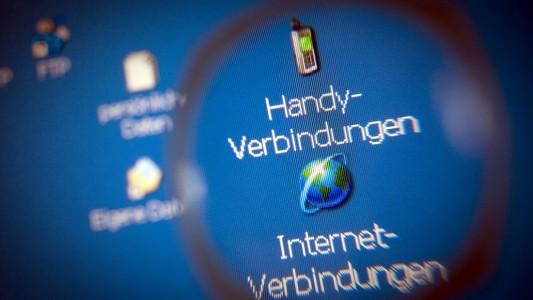 Die deutsche Regierung möchte bestimmte Daten sammeln lassen. Und zwar Daten, die zustande kommen, wenn Menschen zum Beispiel miteinander telefonieren oder E-Mails schreiben. (Foto: dpa)
