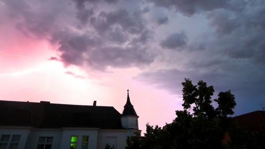Im Sommer gibt es ganz schön viele Gewitter. Aber was passiert, bevor es regnet, blitzt und donnert? (Foto: dpa)